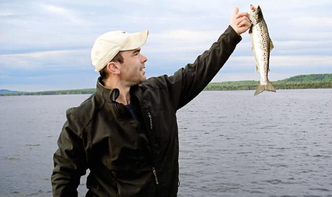 Hombre pescando con cañas de pescar baratas