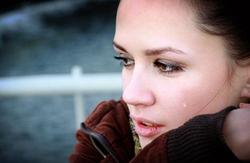 mujer llorando por recordar a su querido en urnas antiguas
