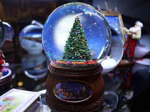 bola de cristal con nieve para navidad